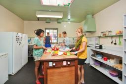 Port-Fairy-YHA-Kitchen-copyrightYHAcomau.jpg